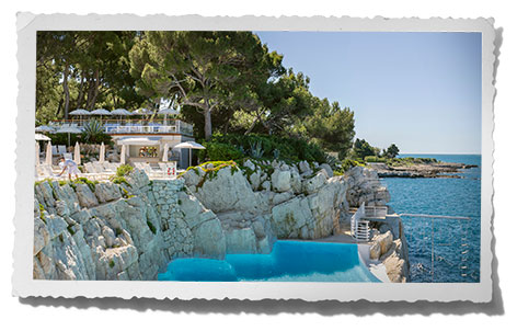 Swimming pool and pool bar at the Hotel du Cap-Eden-Roc.